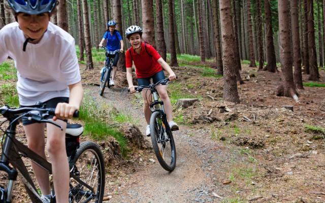 pyöräilevät lapset iso